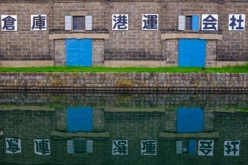 Потрясающее отражение на гладкой поверхности канала