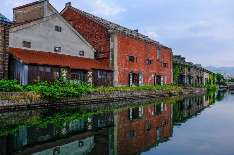 Зима уступает место пышной зелени вдоль канала