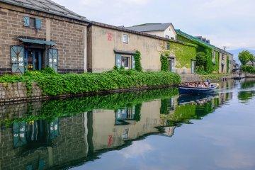 Туристы наслаждаются круизом на лодке по каналу