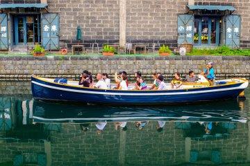 Пивной зал Отару, радостные туристы и их отражение