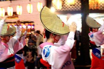 Традиционные танцы в шляпках на фестивале Ханагаса Мацури