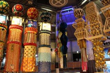 Огромные украшения фестиваля Танабата Мацури в Сендае