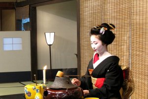 Maiko perforrming a tea ceremony