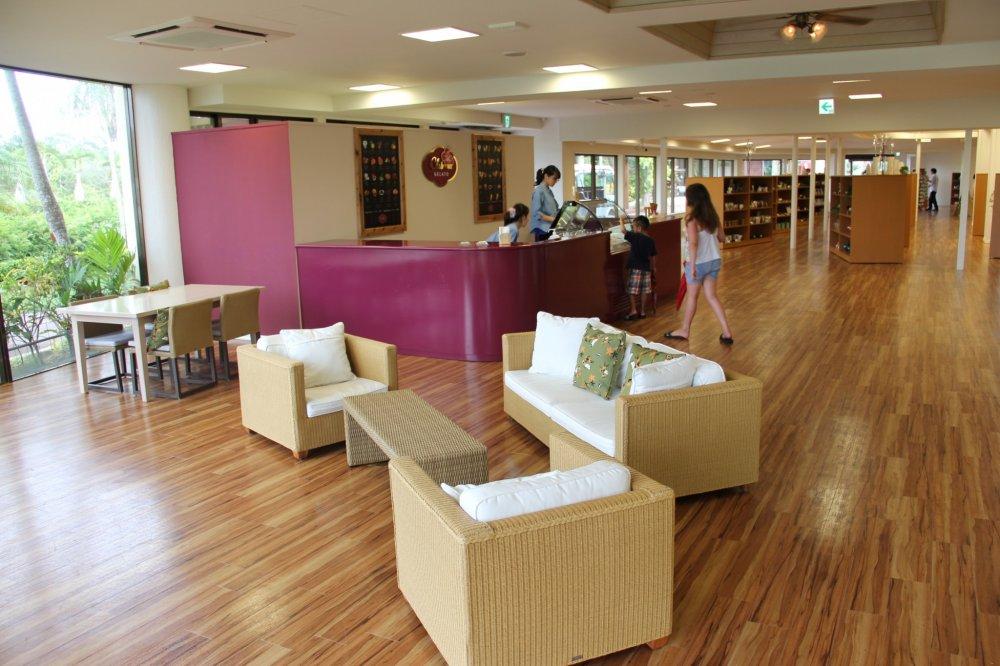 Chibana Gelato terletak di dalam Partnership Shop and Cafe di Kebun Botani Tenggara, Kota Okinawa; semua yang ada di sini bersih, modern, dan terawat dengan baik