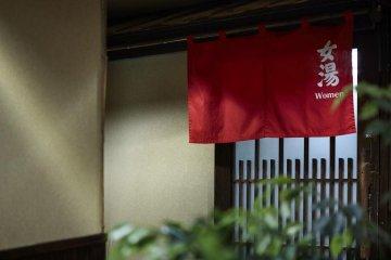 Вход для женщин обозначен красной шторкой, а для мужчин - синей