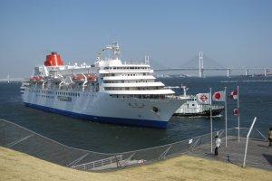 Корабль Фудзи Мару присаливает к Осанбаси