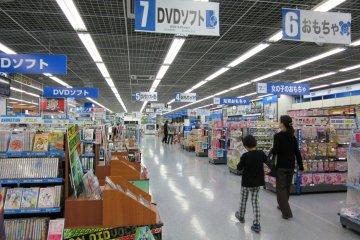 Возле станции находится район магазинов