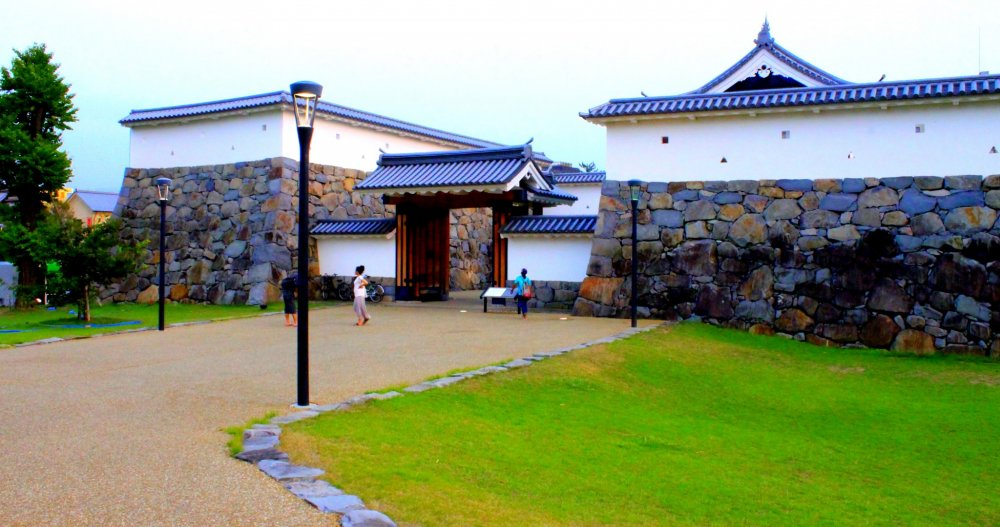 Đến gần cổng Yamanote-Gomon...