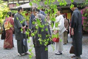 Современные мужчины надевают традиционную одежду по особым случаем, например на спектакль Мияко Одори в Киото