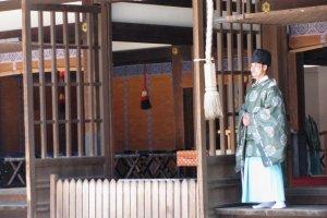 Одежду старинного покроя до сих пор надевают служители храмов