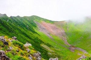 Pemandangan kawah Gunung Yotei berubah saat Anda berjalan mengitari bagian tepi kawahnya