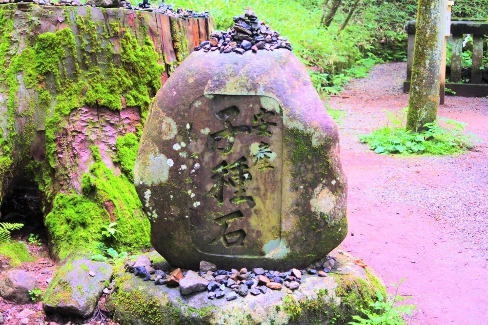 The small stones put by the visitors