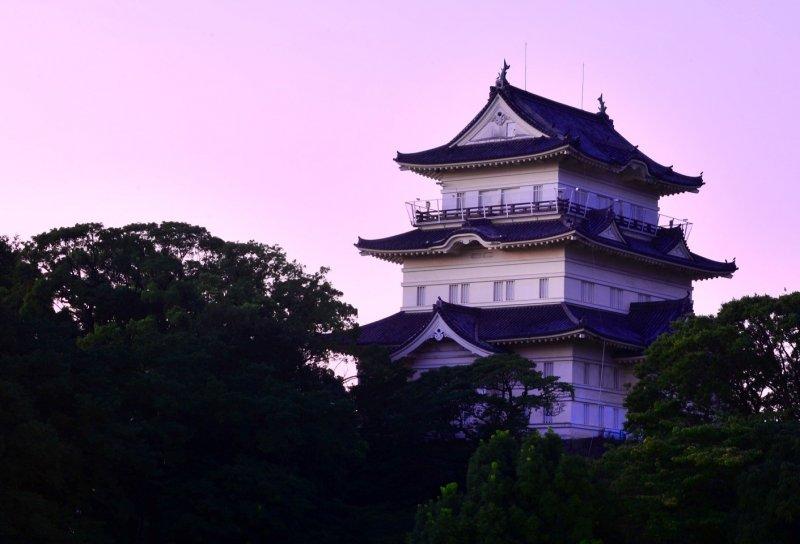 Живописный замок Одавара на холме. Территория замка Одавары по периметру простирается на 15 километров.