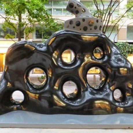 마루노치 빌딩 앞 조각상 및 전시물