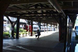 Sân ga vang vọng