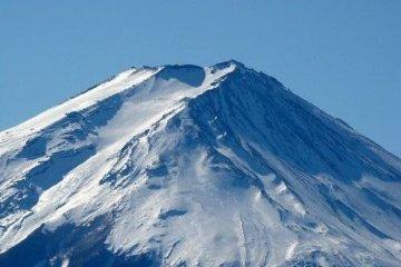 富士山顶逆侧极为险峻