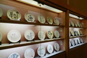 Celebrities who visit Koyo decorate a ceramic plate which is displayed in the hotel.