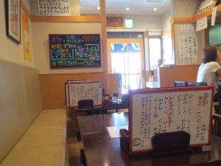 Nhà hàng được thắp sáng cùng những đồ trang trí của nó có chút không khí thú vị và thoải mái.