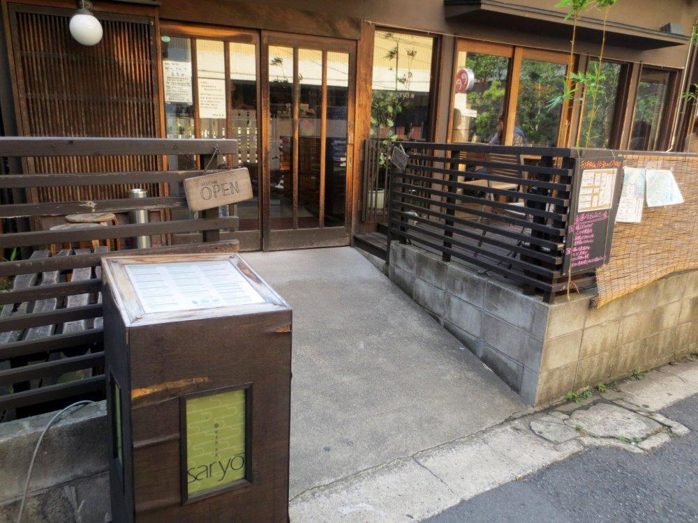 우아하게 윤을 낸 나무로 구성된 카페 외부 디자인은 역사적 도시인 카구라자카와 매우 잘 어우러진다.