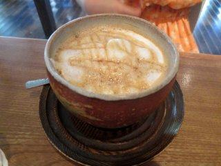 일본식 전통 찻잔에 담아주는 음료에도 선보이는 라떼 아트