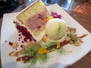 산딸기와 연유 쉬폰 케잌에 곁들어진 바닐라 밀크 아이스크림