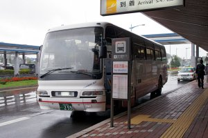 Layanan bus tersedia di depan bandara