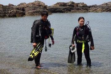 Preparing for your first dive, the instructor is your best friend.