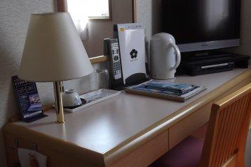 <p>โต๊ะทำงานในห้องกับสิ่งอำนวยความสะดวกตามมาตรฐานโรงแรมธุรกิจ</p>