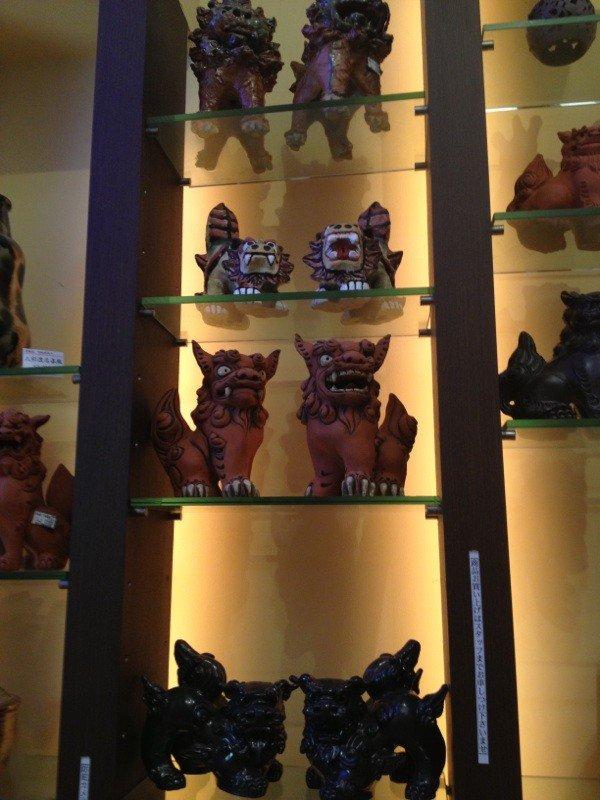 シーサーは沖縄県などで見られる伝説の獣の像のことです。建物の門や屋根などに据え付けられ、家や人、村に災いをもたらす悪霊を追い払う魔除けの意味を持ちます。沖縄に旅行したときのお土産にシーサーの置物はいかがですか?