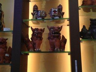 시서는 오키나와현등에서 볼 수 있는 전설의 짐승의 상이다. 건물의 문이나 지붕 등에 설치되어 집이나 사람, 마을에 재앙을 가져오는 악령과 마귀를 쫓는 의미가있다. 오키나와에 여행갔을 때의 선물로 시서의 장식물은 어떨까?