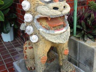 Sebuah patung anjing shisha yang menyambut pengunjung di pintu masuk restoran