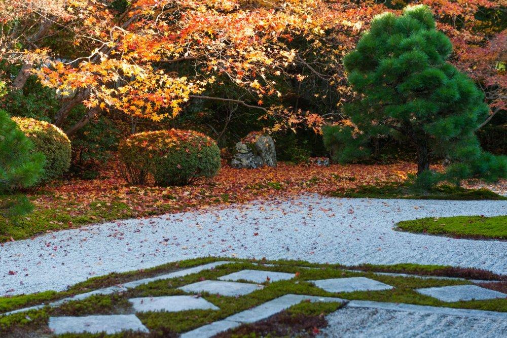 菱形の畳石が特徴の枯山水庭園