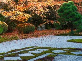 Ромбовидные фигуры, засыпанные камнями, в японском саду камней