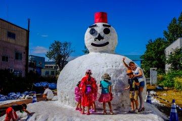มนุษย์หิมะยักษ์เป็นจุดขายของเทศกาลฤดูร้อน