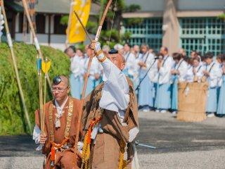 修験者、山伏の弓矢の演舞