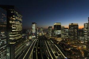 أضاءات المنطقة المحيطة بمحطة طوكيو ليلاً