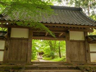 源頼朝は鎌倉にこの大長寿院を模した永福寺を建て、奥州藤原氏と源義経を弔った