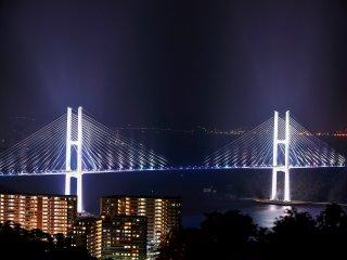長崎港によって分断されている南部と西部を最短距離で結ぶ女神大橋