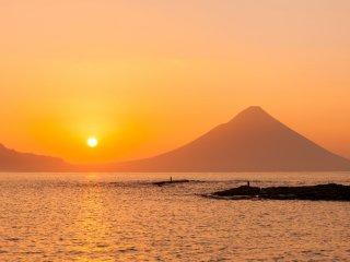 どこから眺めても美しい開聞岳と朝陽