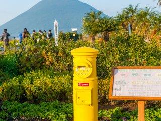 黄色の郵便ポストは西大山駅のシンボルらしい!