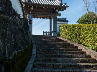 緩やかな曲線を描く山門