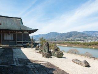 風光明媚な徳島県美馬市の高台に建つ寺院