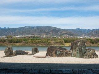 四国一の大河、吉野川と優美な山脈を借景に配置された枯山水
