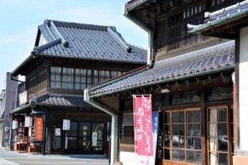 历史悠久的味噌店和附近的茶铺