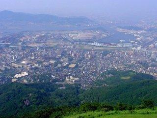 Pemandangan siang hari dari puncak gunung