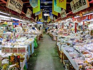 Les rangées de vendeurs proposent les fruits de mer les plus frais de Aomori