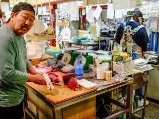 Vous pouvez également admirer les vendeurs en train de préparer des tranches de thon