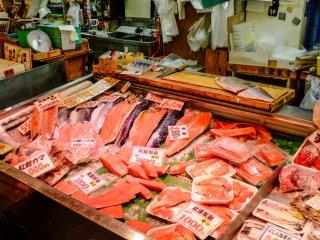 Le saumon est une spécialité du marché Shinsen, vous pouvez l'acheter sous presque toutes les formes