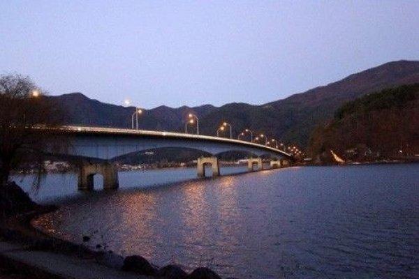 夜幕下的河口湖大桥