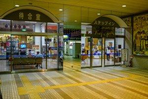 The waiting room and information office inside Shin-Hanamaki station